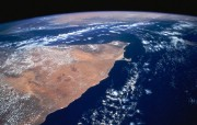 身处太空遥望地球:太空摄影壁纸 创意壁纸