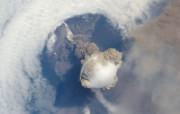 探索地球家园 令人惊叹的NASA地球日壁纸集 正在爆发的萨瑞彻维火山 Sarychev Volcano 壁纸下载 探索地球家园令人惊叹的NASA地球日壁纸集 风景壁纸