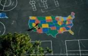 上帝之眼 Yann Arthus Bertrand 扬恩 亚瑟空中摄影奇景壁纸北美篇 鸟瞰美国 洛杉矶一所小学的篮球操场图片壁纸 扬恩・亚瑟空中摄影奇景 北美篇 风景壁纸
