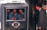 One Giant Leap for Mankind President Nixon visits Apollo 11 crew in quarantine 尼克松总统探望隔离期间的宇航员 阿波罗11号登月40周年纪念壁纸 人文壁纸