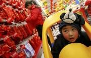 北京印象 国家地理摄影师眼中的北京新风貌 新开张的乐购超市 一个孩子逗趣的表情 Beijing Child in Supermarket 北京印象国家地理摄影师眼中的北京新风貌 人文壁纸