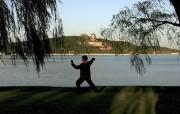 北京印象 国家地理摄影师眼中的北京新风貌 北京颐和园昆明湖旁 晨练者在打太极 Beijing Woman Practices Tai Chi 北京印象国家地理摄影师眼中的北京新风貌 人文壁纸