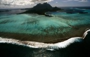 透过镜头 Breaking Surf Bora Bora French Polynesia 博拉博拉岛细浪桌面壁纸 国家地理杂志2008年度最佳图片 人文壁纸