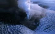 透过镜头 Volcanic Chasm Vatnaj kull Glacier Iceland 瓦特纳尤库尔冰川火山坑桌面壁纸 国家地理杂志2008年度最佳图片 人文壁纸
