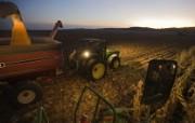 游历大千世界 国家地理杂志每日一图2010四月摄影壁纸 爱荷华州玉米农图片壁纸 国家地理杂志每日一图2010四版 人文壁纸