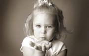 黑白婴儿摄影 小美女的飞吻图片壁纸 爱与纯真可爱婴儿儿童摄影壁纸 摄影壁纸