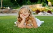 儿童摄影 草地上小美女图片壁纸 爱与纯真可爱婴儿儿童摄影壁纸 摄影壁纸