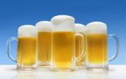 冰凉夏日酒香 酒水饮品高清摄影 夏日啤酒图片 啤酒蓝天 冰凉夏日酒香酒水饮品高清摄影 摄影壁纸