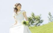 白色新娘 蓝天草地 户外婚纱摄影图片 花园里的白色婚礼婚纱摄影壁纸 摄影壁纸
