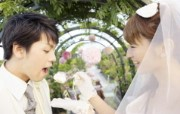 Garden Wedding Photography bride feeding groom with cake at wedding reception 花园里的白色婚礼婚纱摄影壁纸 摄影壁纸