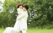 新娘新郎的拥抱 户外婚纱摄影图片 花园里的白色婚礼婚纱摄影壁纸 摄影壁纸