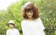 新娘新郎 花园婚礼婚纱摄影壁纸 花园里的白色婚礼婚纱摄影壁纸 摄影壁纸