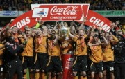 英超 2009 10赛季 Wolverhampton Wanderers 狼队壁纸 Mick the players and the backroom staff celebrate with The Championship trophy 200910赛季 Wolverhampton Wanderers 狼队壁纸 体育壁纸