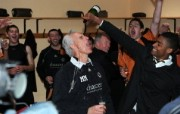 英超 2009 10赛季 Wolverhampton Wanderers 狼队壁纸 Mark Little pours champagne over Mick McCarthy after the home victory over QPR that clinched promotion 200910赛季 Wolverhampton Wanderers 狼队壁纸 体育壁纸