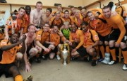 英超 2009 10赛季 Wolverhampton Wanderers 狼队壁纸 The players continue their celebrations in the dressing room after a lap of honour with the trophy 200910赛季 Wolverhampton Wanderers 狼队壁纸 体育壁纸